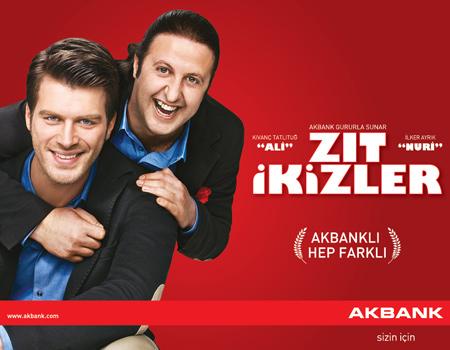 """Akbank'ın yeni reklamında Kıvanç Tatlıtuğ ve İlker Ayrık """"Zıt İkizler""""i oynuyor."""