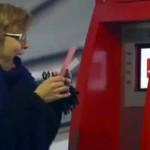 Coca-Cola'nın ATM'sinden bir iyilik yapma sözü verene karşılıksız para