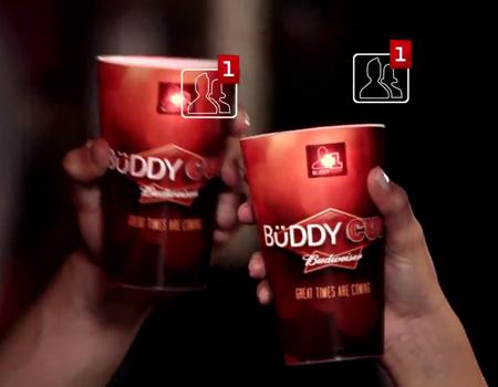 Heineken'in interaktif şişesine Budwieser'dan cevap: sosyal bardak!