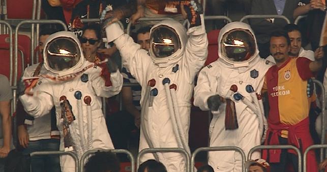 Tribününde yer alan Axe astronotları maç boyunca ilginç sahneler sergiledi.