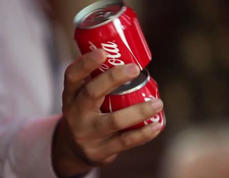 Coca-Cola ikiye ayrılan kutu ile mutluluğu katlıyor