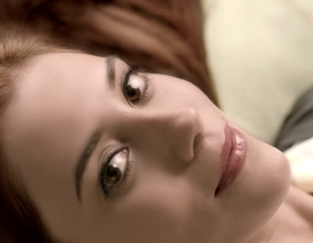 L'Oréal Paris'in Cansu Dere'li reklam serisi devam ediyor