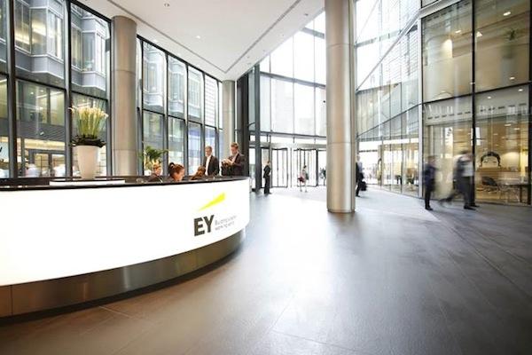 Ernst & Young yeni logo