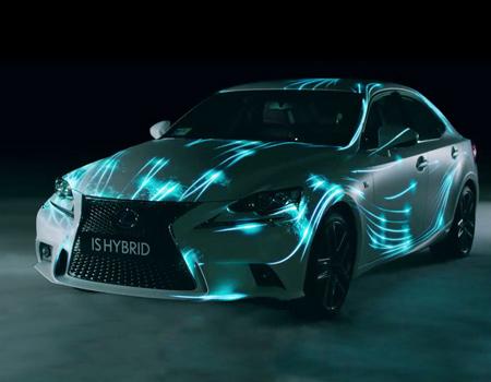 Lexus, yeni hibrid modelini ışık oyunları ile oluşturulan pistte deniyor.