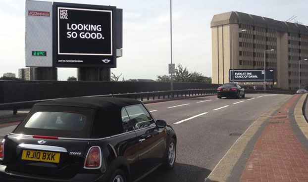 Mini'den müşterileri selamlayan billboard'lar