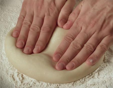 Little Caesars, 'pizzayı pizza yapan' hamurunu ön plana çıkarıyor.