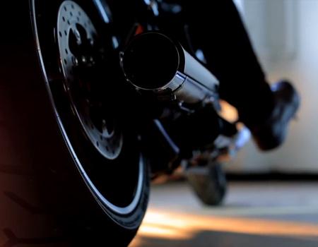 Harley-Davidson popüler Noel şarkılarından 'Silent Night'ı motor sesi ile yorumluyor.