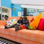 Markanın dev mobilyaları izleyicileri çocukluklarına döndürüyor.