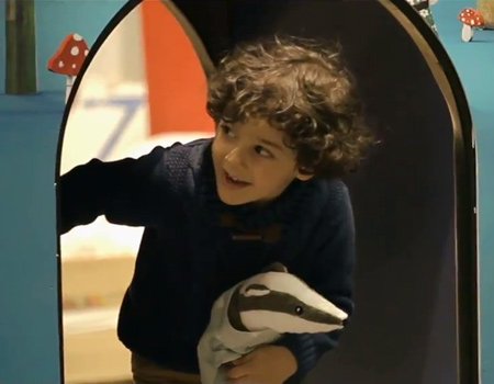 Sevimli oyuncak IKEA deneyimini küçükler için daha eğlenceli hale getiriyor.