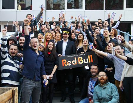 Yeni dönemde Youth Republic ile çalışma kararı alan Red Bull, bunu ilginç bir şekilde duyurdu.