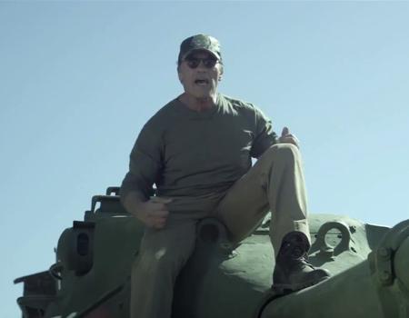 Arnold Schwarzenegger bu kez tankıyla önüne çıkan her şeyi ezip geçiyor.