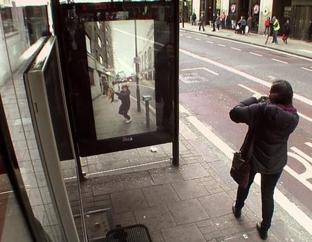 New Oxford Street'te otobüs bekleyenler şaşkına dönüyor.