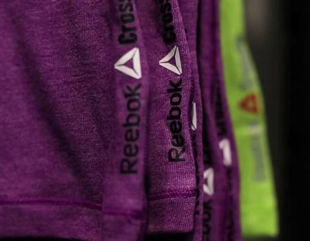 Reebok'ın yeni logosunda marka ismine delta sembolü eşlik ediyor.