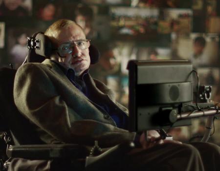 Profesör Stephen Hawking reklam filmine sesiyle hayat veriyor.