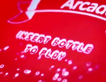 Coca-Cola'dan jeton yerine şişe kabul eden oyun makinesi.