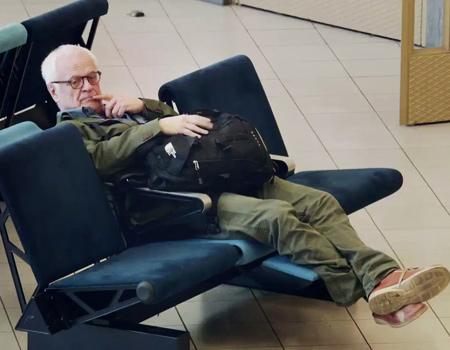 Yeni Business Class koltuklarını tanıtmak isteyen KLM, bekleyen yolcuları şaşırtıyor.