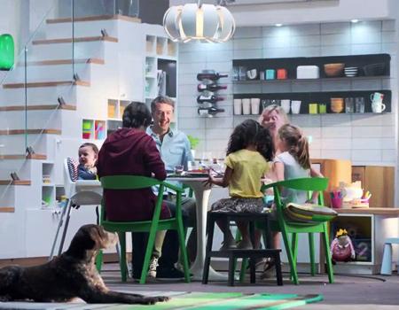 Ikea yeni reklamı ile mutfakların evin tüm bireyleri için pratik olması gerektiğini vurguluyor.