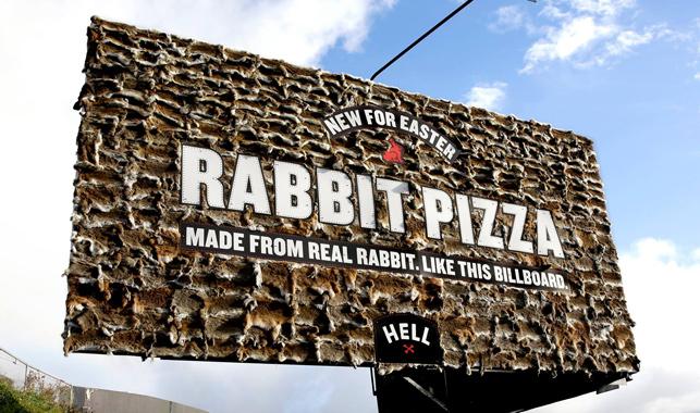 """Saçmalamanın sınırları """"Tavşan Billboard"""" ile yeniden çizildi."""