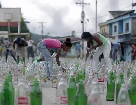 Coca-Cola yağmurlu havada susuz kalanların kaderini değiştiriyor.