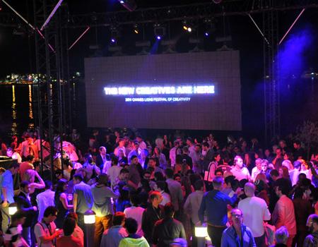 Cannes Lions, ilham veren oturumlarıyla Festival Sarayı'nda tüm hızıyla devam ederken dışarıda da festival havası sürüyor.