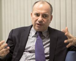 Hürriyet'te Enis Berberoğlu'nun ayrılığı ile boşalan koltuğa Sedat Ergin getirildi.