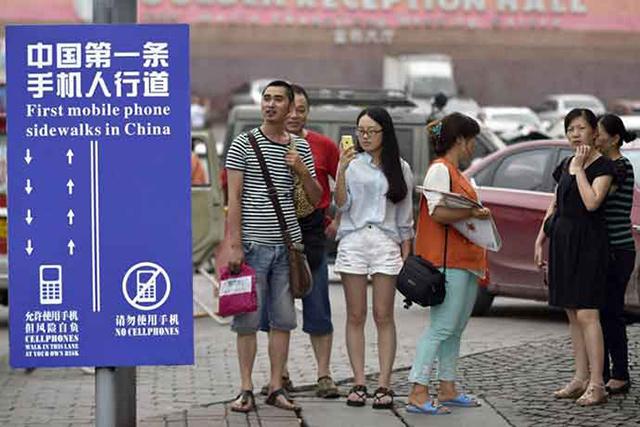 Çin'de telefon şaşkını yayalara özel şerit