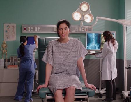 Sarah Silverman eşit maaş için operasyon masasına yatıyor.