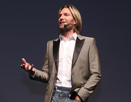 """Eric Whitacre Brand Week Istanbul'da """"Divane âşık gibi"""" ile büyüledi."""