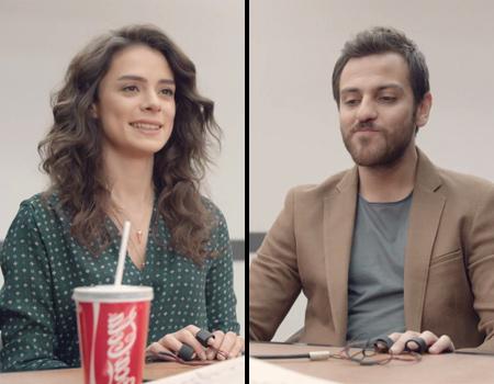 Coca-Cola Zero için yürütülen kampanya Özge Özpirinçci ve Erkan Kolçak Köstendil'i konuk ediyor.