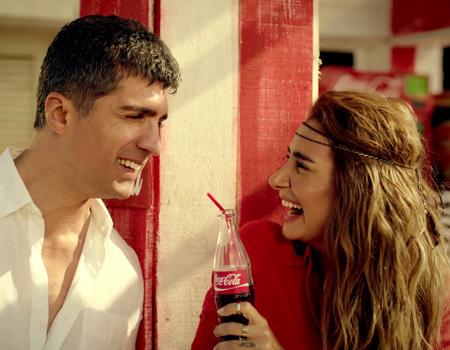 """Coca-Cola, Özcan Deniz ve Sıla'nın seslendirdiği """"Why This Kolaveri Di"""" uyarlaması ile sürpriz yaptı."""