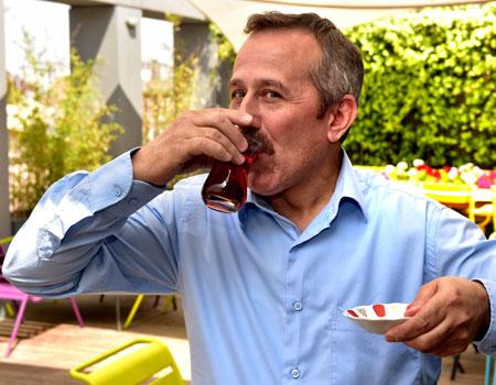 """ÇAYKUR işbirliğiyle hayata geçirdiğimiz """"Ajans Çaycıları"""" serimizin ikincisinde Y&R İstanbul'da Hüseyin Merdamert'in çayını içtik."""