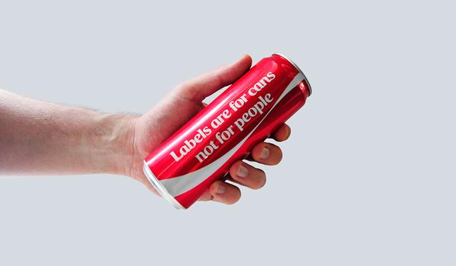 Coca-Cola 'yaftaların' olmadığı bir dünya için etiketleri çıkardı