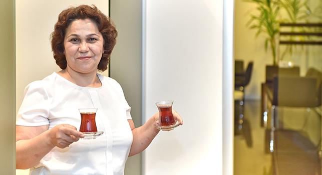 """""""Ajans Çaycıları"""" serimiz üçüncü durağında çaylarımız MEC'in """"kraliçe""""si Ayşe Hanım'dan geliyor."""