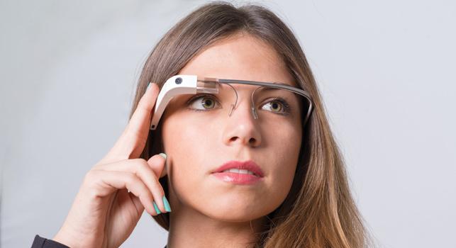 Google, parasını akıllı telefonlara ve sanal gerçeklik gözlüklerine harcamaya daha hevesli görünüyor.