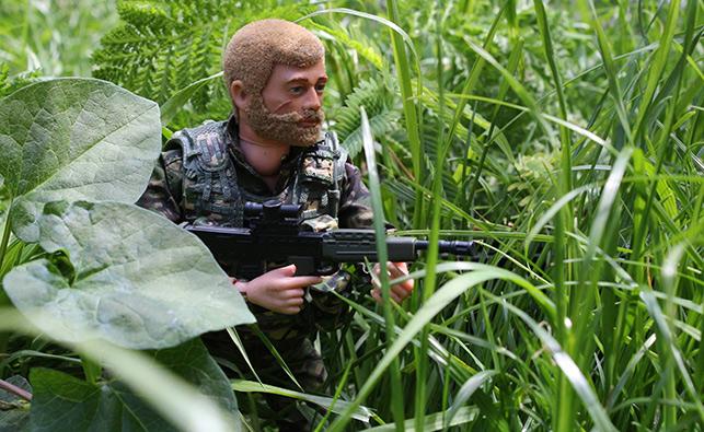 Veterans for Peace, gençleri savaşın yan etkilerine karşı Action Man'le uyarıyor.