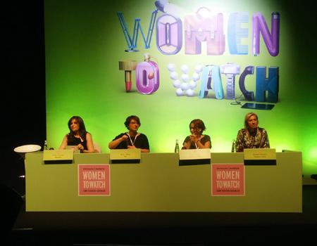 """Women to Watch'un ilk paneli, projenin mimarlarının bir araya geldiği """"Kırmızı Işık"""" oldu."""