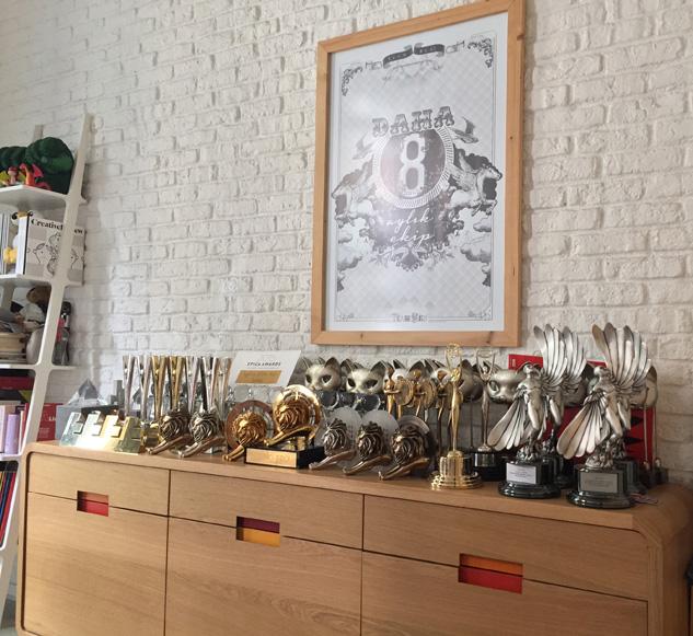 Y&R İstanbul: Burası Ayşe Aydın'ın odası. Arkasında kazanılan ödüller ve yıllar geçse de heyecanını kaybetmeyen daha 8 aylık ekibi var.