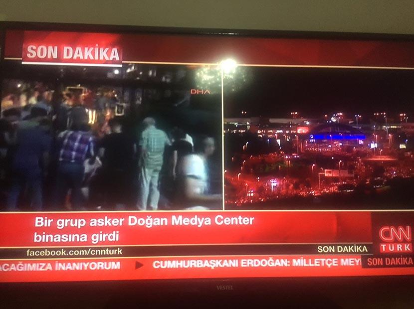 CNN Türk helikopterle gelen askerlerin girişini canlı yayında duyurdu.