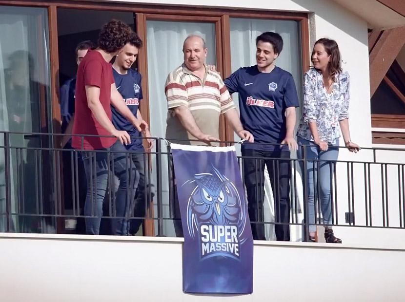 Balkona Bayrak Asan Dayı artık reklam yıldızı