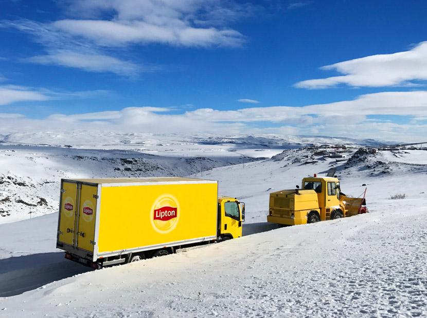 Lipton karlı köy yollarında