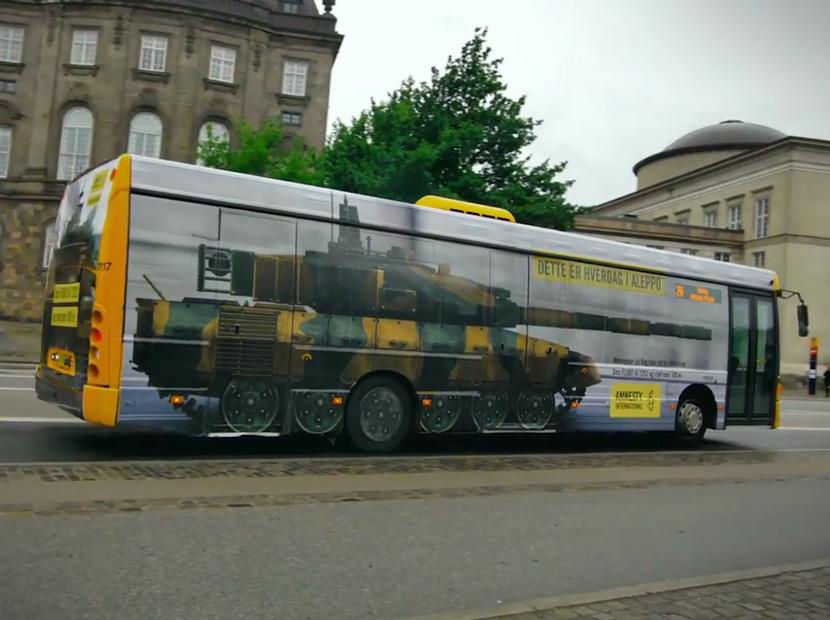 """Kopenhag caddelerinde bir """"tankbüs"""""""