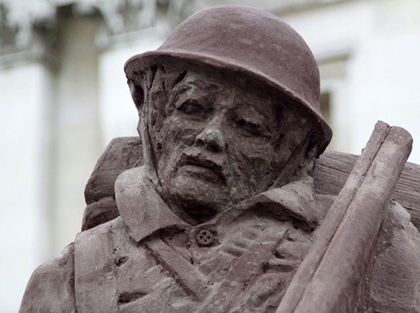 Londra'da eriyen bir asker heykeli
