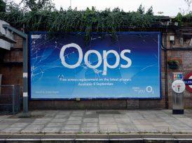 Londra sokaklarında kırık dökük bir billboard