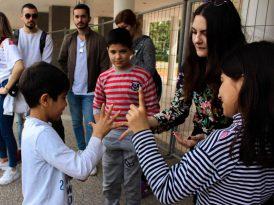 İEÜ öğrencilerinden Suriyeli çocuklara destek