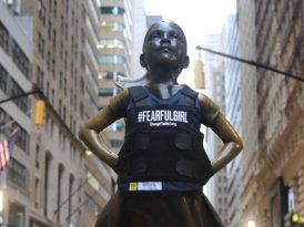 Fearless Girl de çelik yelek giyer