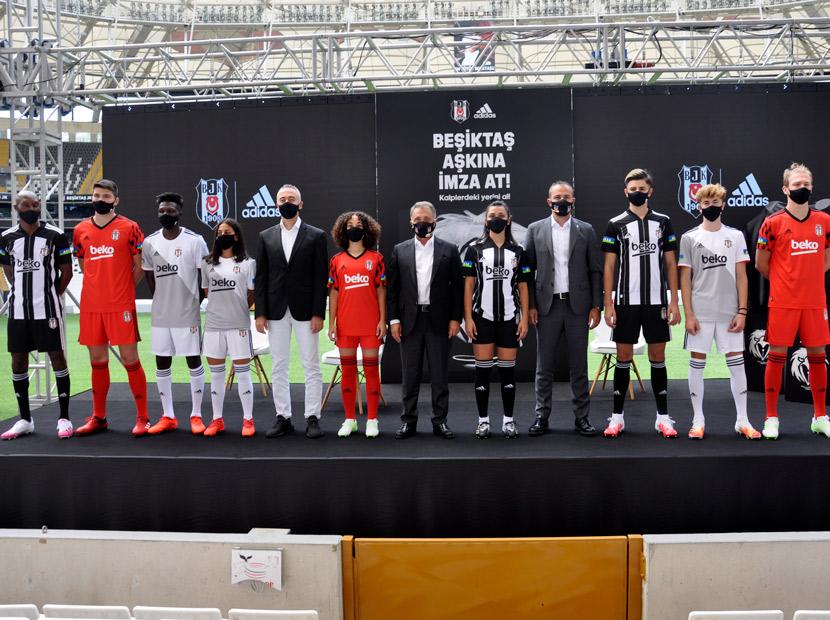 Taraftar imzaları Beşiktaş formalarında