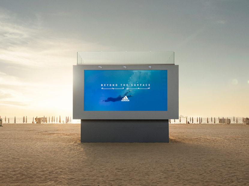 Bu billboard'da yüzebilirsiniz