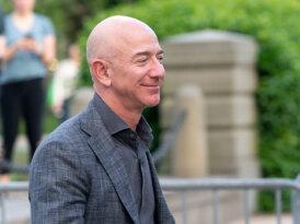 Jeff Bezos görevini bugün devrediyor